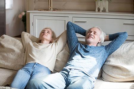 Ratgeber barrierefrei Bauen Paar Sofa entspannt