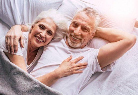 Senioren Paar glücklich entspannt liegen